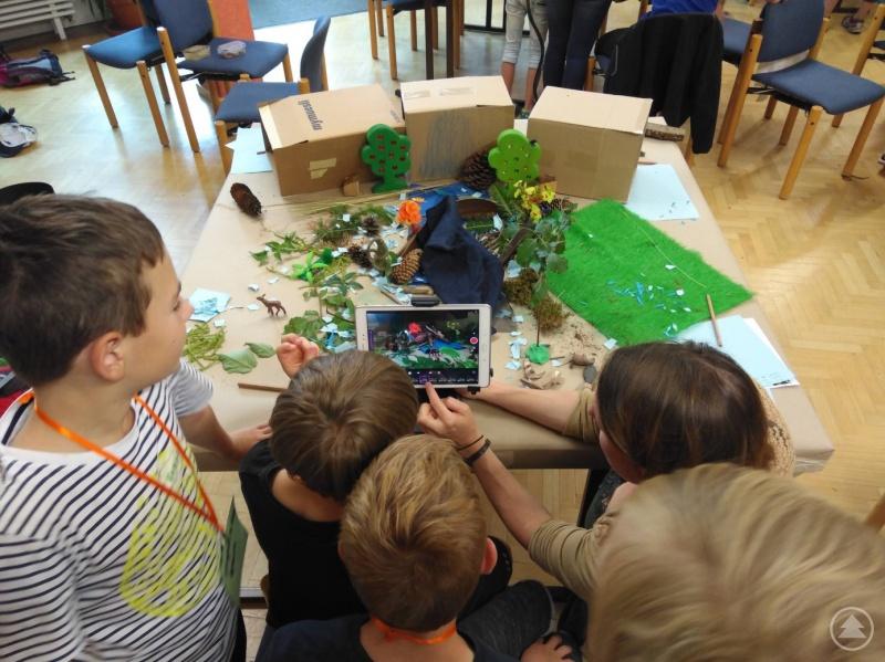 Natürliche Materialen wie Blätter und Zapfen wurden als Kulisse für die Trickfilme von den Kindern verwendet.