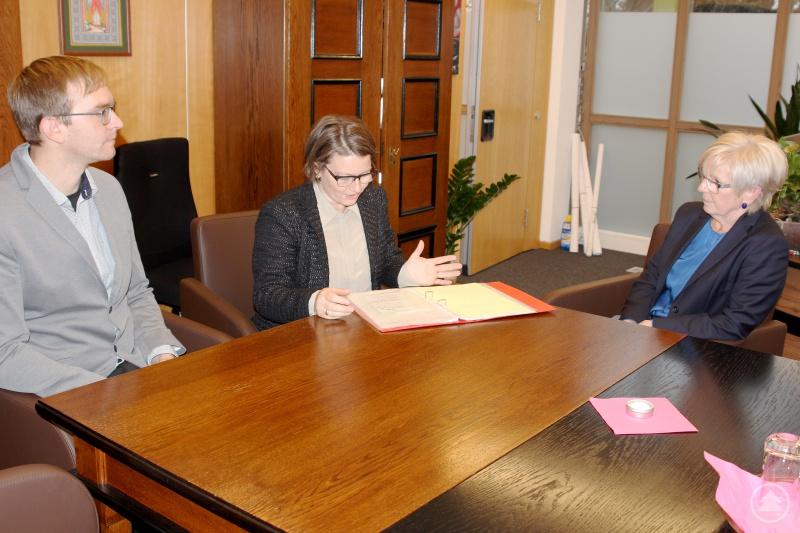 Die neue Schulleitung (v.li.) Thomas Adam und Linda Langer im Gespräch mit der Landrätin Rita Röhrl.