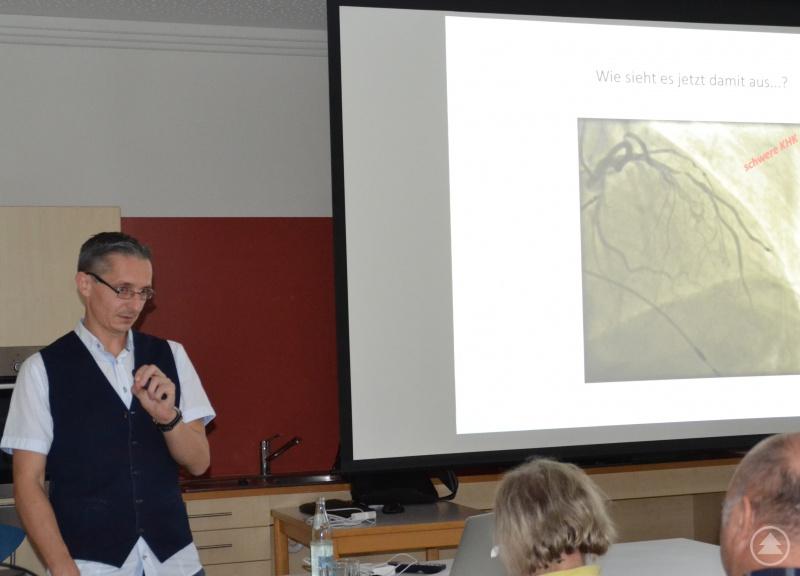Chefarzt Dr. Werner referiert am Aktionstag im Krankenhaus Grafenau über Vorhofflimmern und Koronare Herzkrankheit.