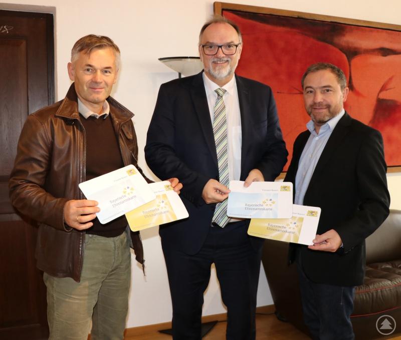 Oberbürgermeister Jürgen Dupper (Mitte) freut sich mit Referatsleiter Werner Lang (li.) und Dienststellenleiter Peter Niedermeier (re.) über die Einführung der Bayerischen Ehrenamtskarte in der Stadt Passau.