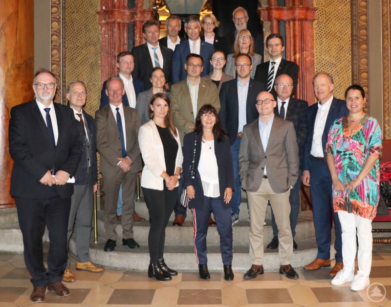 Oberbürgermeister Jürgen Dupper (links) mit den Wirtschaftsförderern der kreisfreien Städte in Bayern.