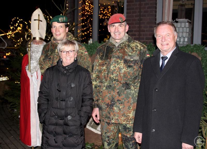 Der Nikolaus mit (v.li.) Oberstleutnant Jan Mirko Schmidt, Landrätin Rita Röhrl, Brigadegeneral Jörg See und den stellvertretenden Landrat Willi Killinger.