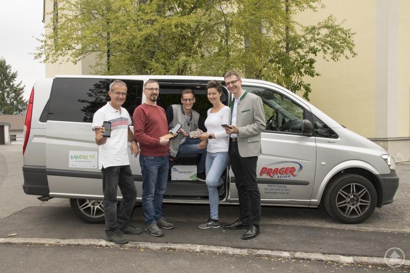 Bürgermeister Karlheinz Roth (v. r.) und das Team des TC Grafenau mit Lisa Hanninger, Lukas Krodinger, Christian Senninger und Rainer Bomeisl testen die neue DorfBUS-App in Spiegelau.