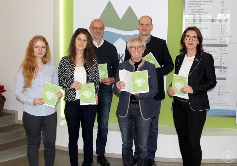 Die erste Gesundheitsmappe erhielt Landrätin Rita Röhrl von den Mitgliedern der Arbeitsgruppe Arzneimittelsicherheit überreicht.