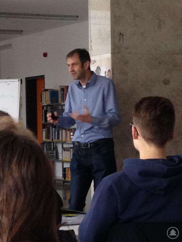 Der stellvertretende Nationalparkleiter Dr. Jörg Müller fasziniert die Gymnasiasten mit seinem interessanten Vortrag.