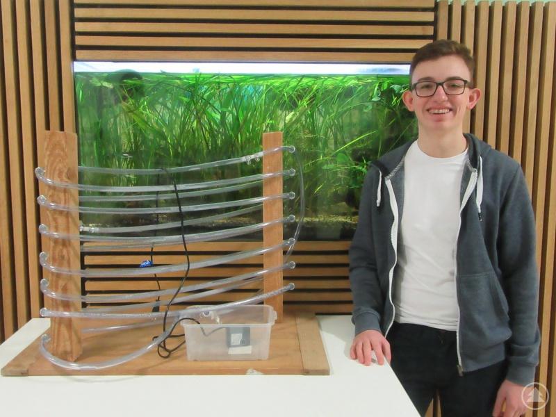 Benjamin Poxleitner baute einen Algenreaktor, um darin Algen zu züchten.
