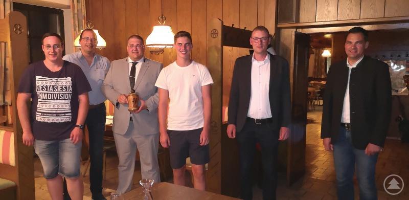 Neumitglieder: (v. l.) Fabian Pechlaner, Alexander Hampe, 1. Vorsitzender Christoph Weishäupl, Tobias Göttl, 3. Bürgermeister Christoph Endl und Landrat Sebastian Gruber.