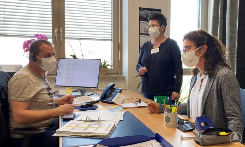 (von links nach rechts): Der Polizeibeamte Gerd Kronschnabl, der zur Unterstützung abgeordnet ist, im Gespräch mit Verwaltungsleiterin Stefanie Anetzberger-Peter und Abteilungsleiterin Dr. Sonja Kandlbinder