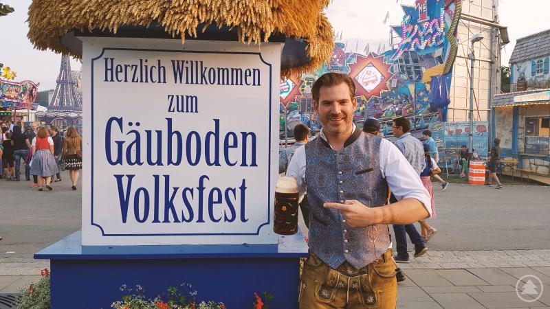 Thomas Mayer alias Vogelmayer auf dem Gäubodenvolksfest mit der Goaß-Maß.