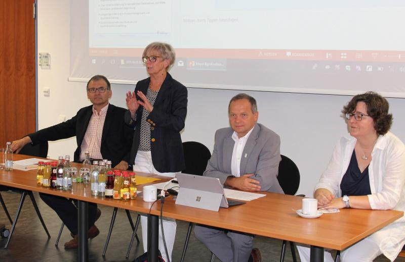 (v.li.) Dr. Stefan Wechsler, Landrätin Rita Röhrl, Büroleiter Günther Weinberger und Elisabeth Mayer.