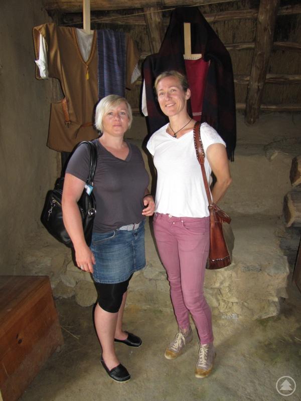Die Organisatorinnen Alexandra Stadler (links) und Nadine Angerer vom Amt für Kinder und Familie des Landratsamtes Freyung-Grafenau vor keltischen Gewändern