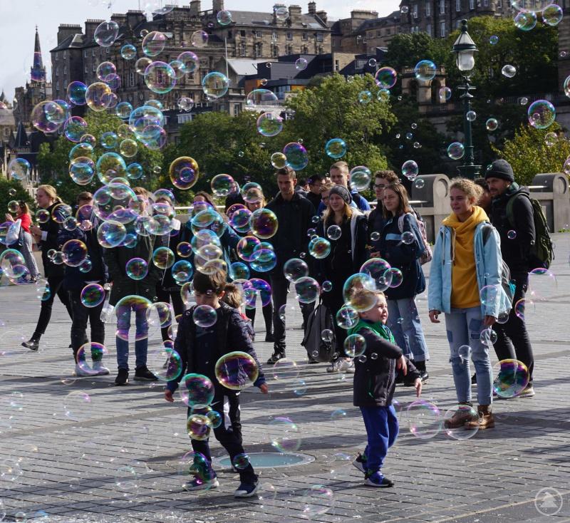 Schüler mit Seifenblasen