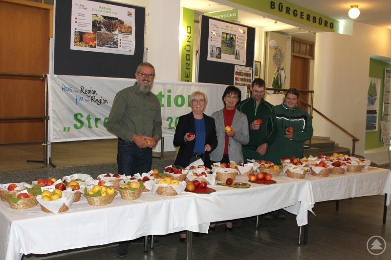 Gartenfachberater Klaus Eder (v.li.), Landrätin Rita Röhrl, Sachgebietsleiterin Lieselotte Bielmeier sowie die Gärtner Bernhard Drexler und Nadine Ludwig freuen sich, dass es heuer viele Äpfel zum zeigen gibt.