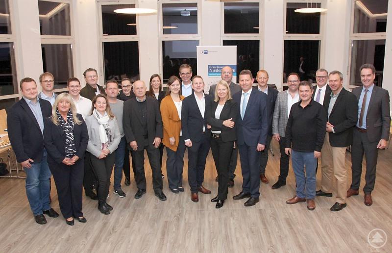 Das neue IHK-Gremium des Landkreises Freyung-Grafenau hat sich für die kommenden fünf Jahre konstituiert und mit Lisa Hintermann (9. von links), Norbert Peter (7. von links) sowie Johannes Huber (10. von links) Vorsitzende und Stellvertreter bestimmt.