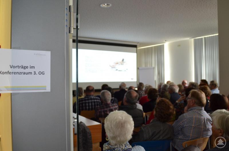 Ein Blick in den voll besetzten Konferenzraum des Grafenauer Krankenhauses.