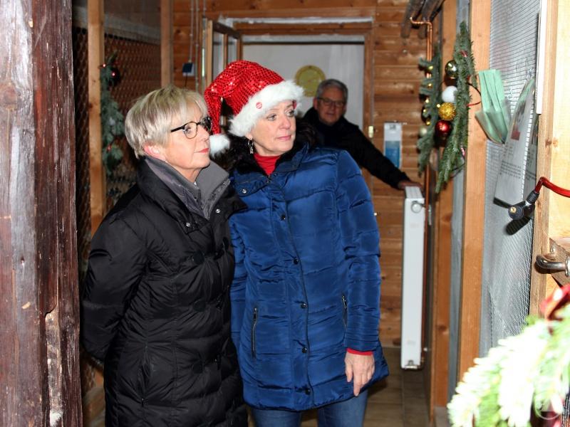 Die Landrätin Rita Röhrl (li.) ließ sich von Gaby Wunner, der Vorsitzenden des Kreistierschutzvereins, das Tierheim zeigen. Begleitet wurden sie auch von Rudolf Radlbeck (im Hintergrund).