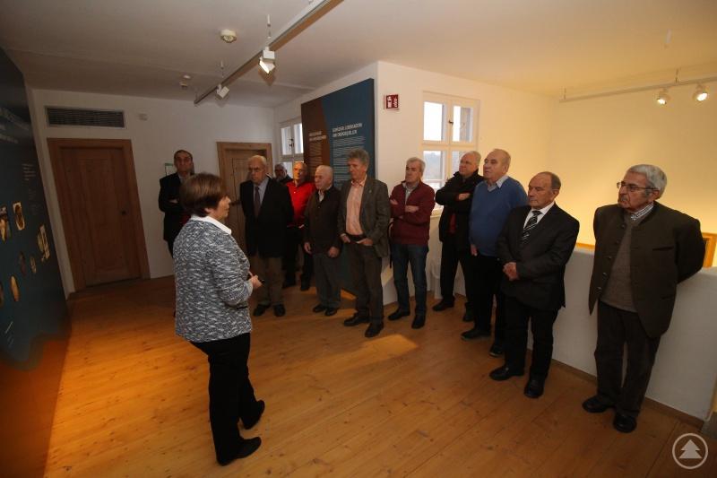 Die Altbürgermeister beim Besuch des Museums Jagd-Land-Fluss im Schloss Wolfstein zusammen mit der Kulturreferentin Marina Reitmaier-Ranzinger.