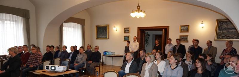 Von beiden Seiten der Partnerschaft werden gespannt die gegenseitigen Vorträge verfolgt: Links die Führungskräfte aus Deutschland, rechts die tschechischen Gastgeber.