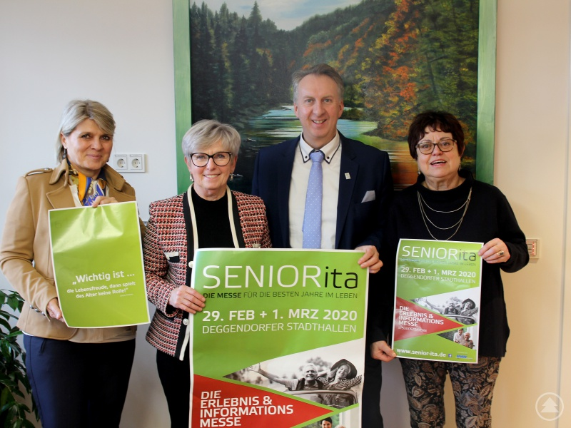 Sie freuen sich auf die Seniorenmesse (v.li.) Organisatorin Gaby Menacher, Landrätin Rita Röhrl, VdK-Kreisgeschäftsführer Helmut Plenk und die Kreisseniorenbeauftragte Christine Kreuzer.