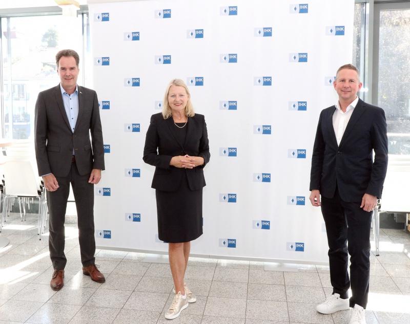 Sie trafen sich in Passau zum Austausch: (v.l.) IHK-Hauptgeschäftsführer Alexander Schreiner, die Vorsitzende des IHK-Gremiums Elisabeth Hintermann sowie ihr Stellvertreter Johannes Huber
