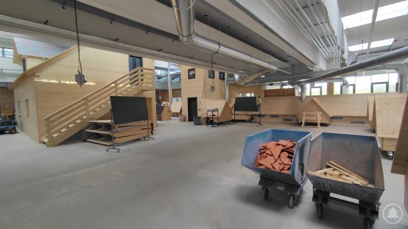 In der komplett sanierten Werkhalle können die Dachdeckerlehrlinge an verschiedenen Modellen ihr Handwerk üben.