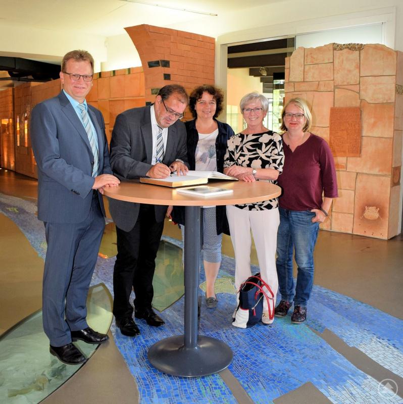 von links: Bürgermeister Fritz Schreder, Minister Jörg Vogelsänger, MdL Ruth Müller, Landrätin Rita Röhrl, Bettina Blöhm