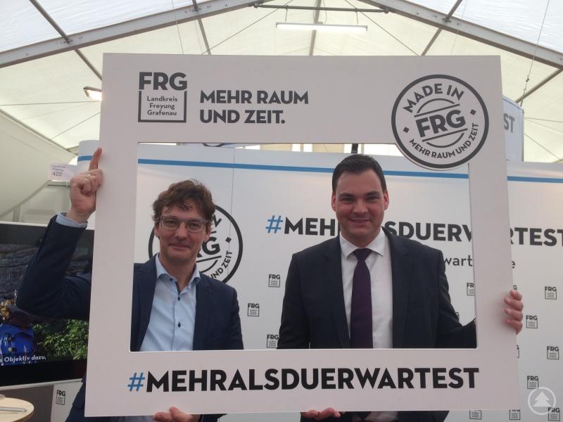"""Landrat Sebastian Gruber (rechts) und Regionalmanager Stefan Schuster am """"Mehr als du erwartest …""""- Messestand im Rahmen eines Messeauftrittes."""