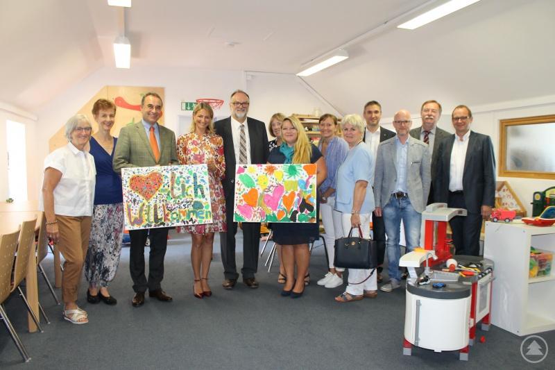v. l.: Oberbürgermeister Jürgen Dupper (5. v. l.) mit der Vorsitzenden des Kinderschutzbundes Julia Stern (4. v. l.) und Vertretern der Serviceclubs, der Stadtverwaltung und des Kinderschutzbundes