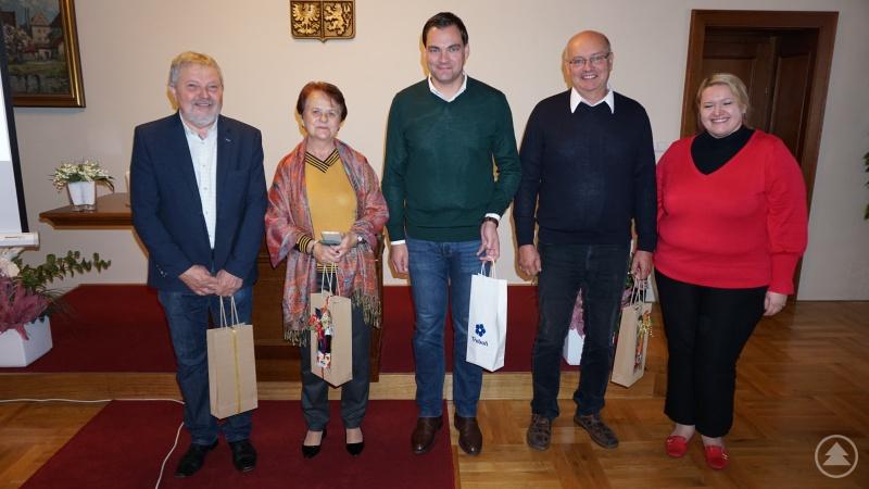 Herzlicher Empfang und reichlich Geschenke auf beiden Seiten: Landrat Sebastian Gruber (Mitte) zusammen mit den Vertretern der tschechischen Partnerstadt.
