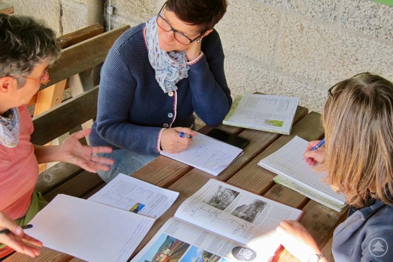 Gruppenarbeit: Teilnehmerinnen erarbeiten Konzepte für eine kulturelle Führung in Bayerisch Eisenstein.