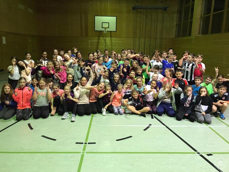 Die 5.-Klässler der Realschule Grafenau hatten nicht nur beim Erlernen des HipHop im Schullandheim Habischried sichtlich Spaß.