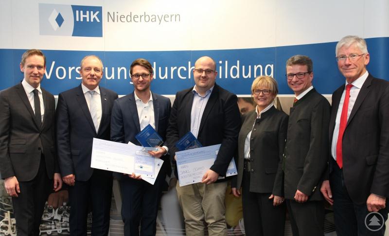 Die zwei Preisträger (Mitte) mit Regierungspräsident Rainer Haselbeck, IHK-Präsident Thomas Leebmann, der stellvertretenden Landrätin Helga Weinberger, Staatssekretär Bernd Sibler und MdL Bernhard Roos (von links).