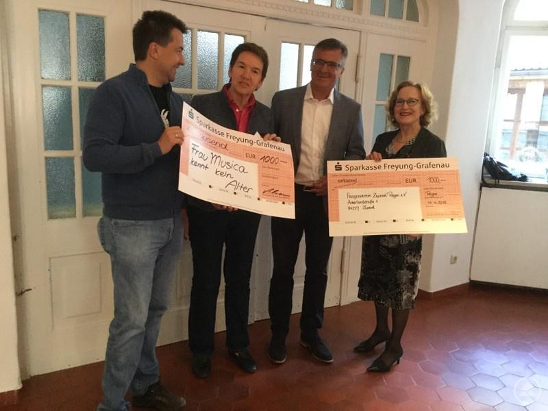 Roland Pongratz und Gisela Altmann-Pöhnl von der Katholischen Erwachsenenbildung (1. und 2. von links) freuten sich über den Spendenscheck des Landtagsabgeordneten Alexander Muthmann genauso wie Heidemarie Horenburg vom Hospizverein Zwiesel-Regen.