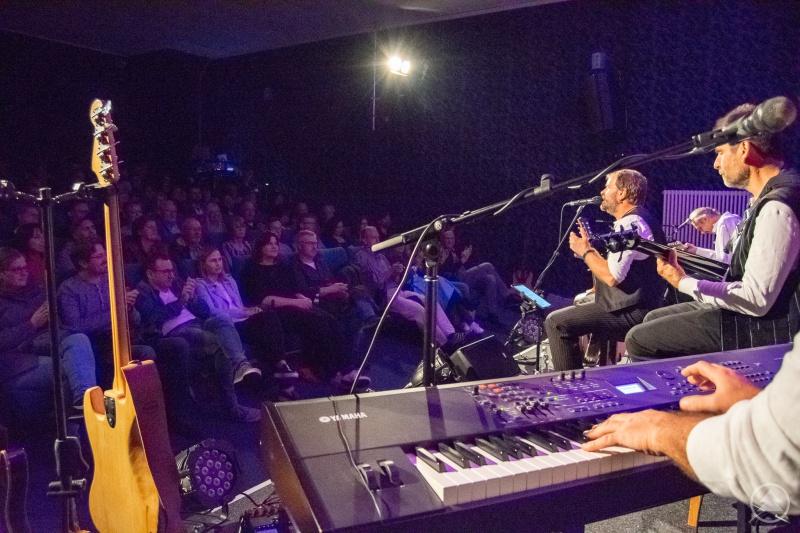 """Beim Premierenabend konnten sich sowohl die Musiker der Gruppen """"Landluft"""" und """"i Bänd"""" als auch die Gäste von der professionellen Bühnentechnik überzeugen."""