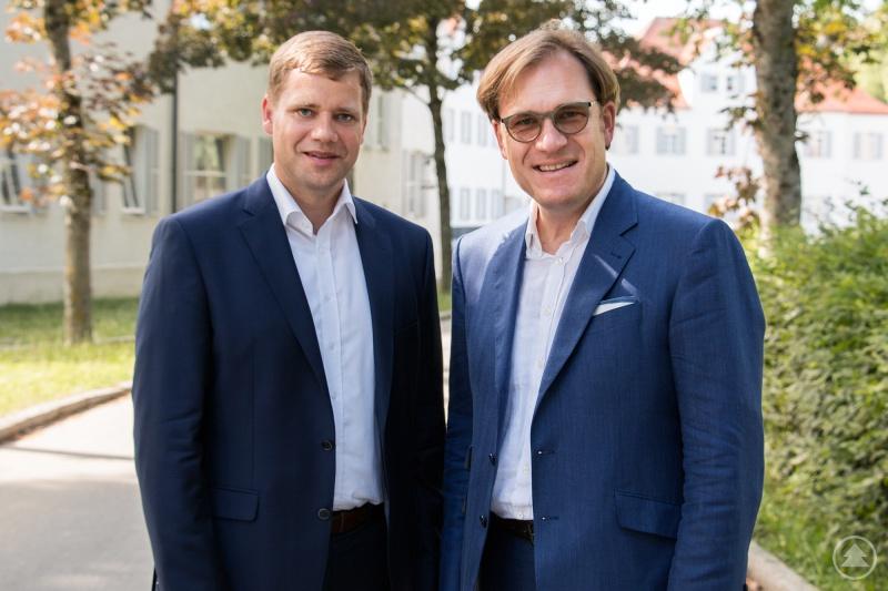 Bezirkstagspräsident Dr. Heinrich gratulierte seinem Stellvertreter Dr. Pröckl (r.) zum 50. Geburtstag.