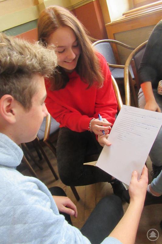 Wie läuft das bei euch? Zuerst zu zweit und dann in größeren Gruppen ging es daran, in persönlichen Gesprächen erste Eindrücke von den neuen Austauschpartnern und ihrem Land zu gewinnen.