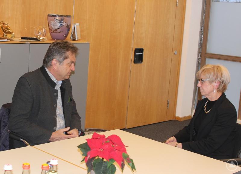 Nationalparkleiter Dr. Franz Leibl und die Landrätin Rita Röhrl im Gespräch.