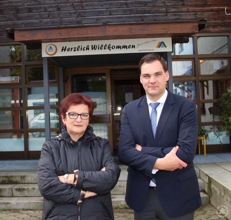 Landrat Sebastian Gruber und Bürgermeisterin Margot Fenzl wollen sich dafür einsetzen, dass das Jugendherbergswerk seine Pläne aufgibt, die Jugendherberge Haidmühle-Frauenberg zum Jahresende 2020 zu schließen.