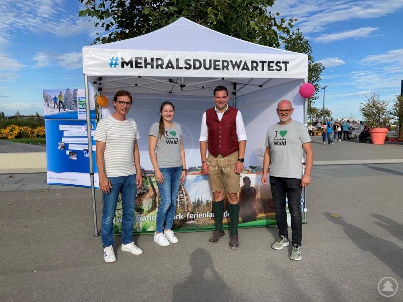 Landrat Sebastian Gruber (2. von rechts) besucht den Landkreis-Infostand auf der Landesgartenschau in Ingolstadt. Im Standdienst eingesetzt waren Tourismusreferent Bernhard Hain, Johanna Anetzberger und Regionalmanager Stefan Schuster (von rechts nach links).