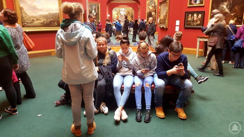 Schüler googeln Kunst im Museum