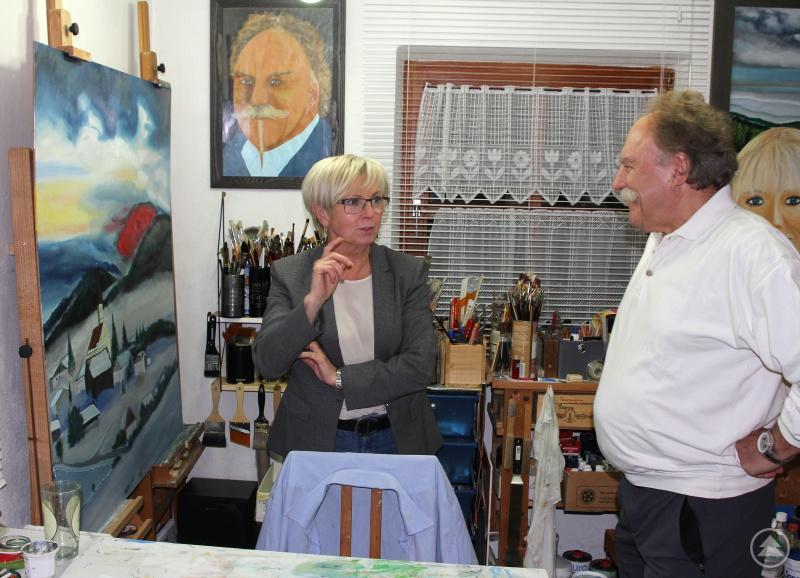 Derzeit arbeitet der Künstler an einem Schönau-Bild. Landrätin Rita Röhrl ließ sich von Hans Jürgen Orzechowski seine Arbeitsweise erklären.