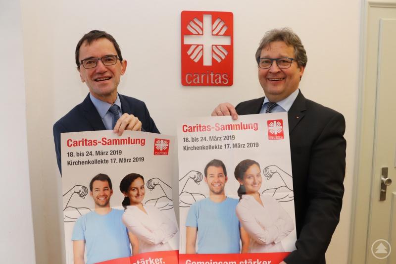 """""""Caritas. Gemeinsam stärker"""". Die beiden Vorstände des Caritasverbandes für die Diözese Passau e.V., Michael Endres und Diakon Konrad Niederländer rufen zu breiter Solidarität auf, um vielen Menschen den Rücken stärken zu können."""