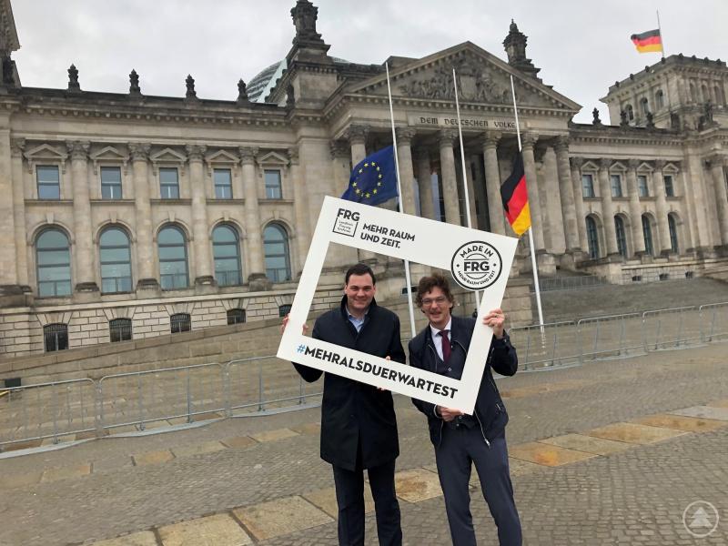 Landrat Sebastian Gruber (links) und Regionalmanager Stefan Schuster vor dem Reichstagsgebäude in Berlin
