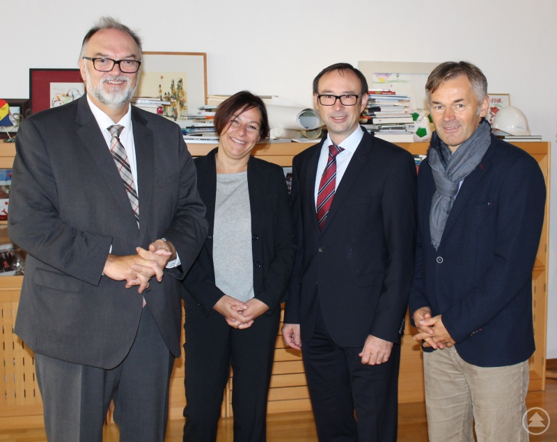 Oberbürgermeister Jürgen Dupper (links) begrüßte die neue Regionalmanagerin des Wirtschaftsforums der Region Passau e.V., Britta Pinter, in seinem Amtszimmer. Der Vereinsvorsitzende Christian Just (2. von rechts) und Wirtschaftsreferent Werner Lang waren ebenfalls mit dabei.