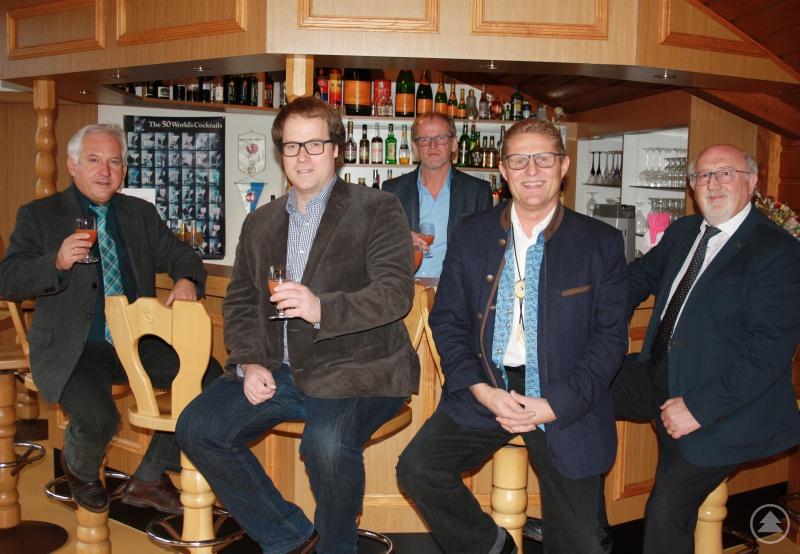 Machen sich stark für die Hotel- und Gastrobranche im Landkreis Regen (v. li.): Herbert Unnasch, Stephan Lang, Xaver Dietrich (hinten), Matthias Schweikl und Erich Muhr.