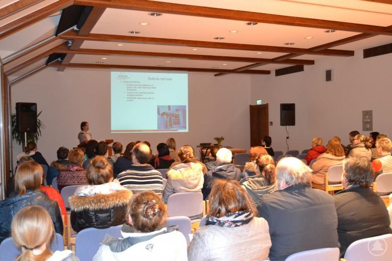 Ursula Weigl bei ihrem Vortrag im Kurhaus Freyung.