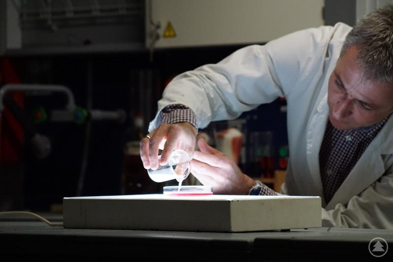 OStR Christian Duschl im Chemielabor