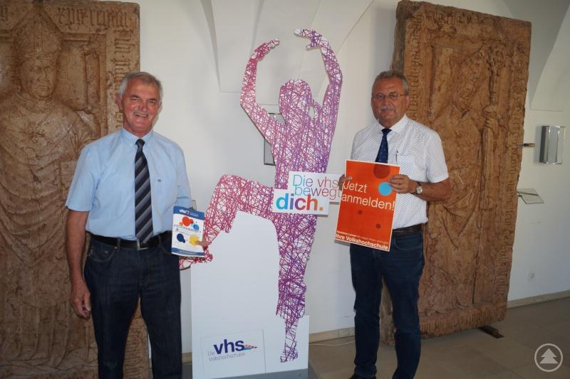 VHS-Leiter Alfons Wolf (links) und Landrat Josef Laumer bei der Vorstellung des neuen Programmheftes für den Zeitraum September 2018 bis Juli 2019.