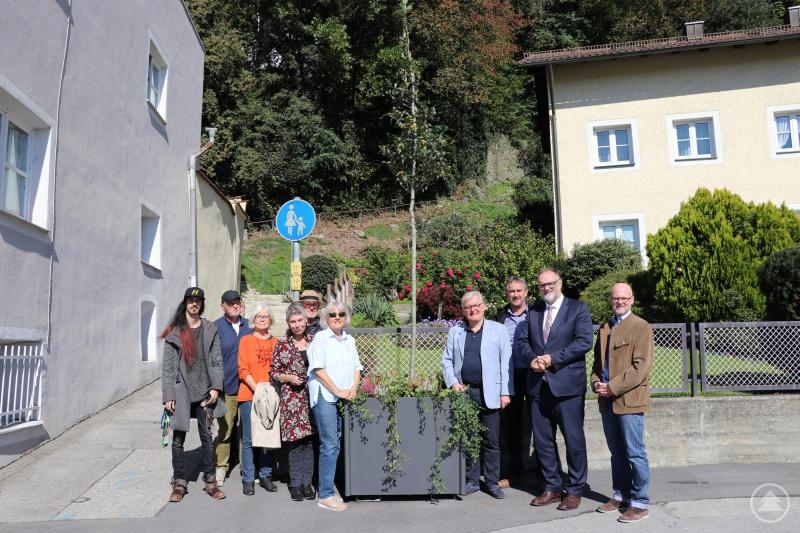 Oberbürgermeister Jürgen Dupper (2. von rechts) beim Ortstermin mit Baureferent Wolfgang Seiderer (von rechts), den Stadtgärtnerei-Leiter Hermann Scheuer, Maximilian Moosbauer und weiteren Anwohnern.