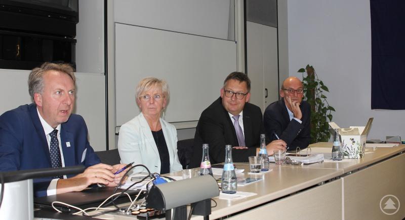 Die Verantwortlichen, v.li. VdK-Geschäftsführer Helmut Plenk, Landrätin Rita Röhrl, Pfarrer Matthias Schricker und Sozialamtsleiter Horst Kuffner.